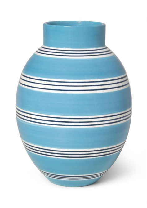 Kähler Omaggio Nuovo Vase Mittel-Blau Höhe 30 cm. Blumenvase in Keramik. Keramikvase aus Fayence. Retro-Look. Skandinavisches Design, Deko und Wohnaccessoires bei nicenordic.de