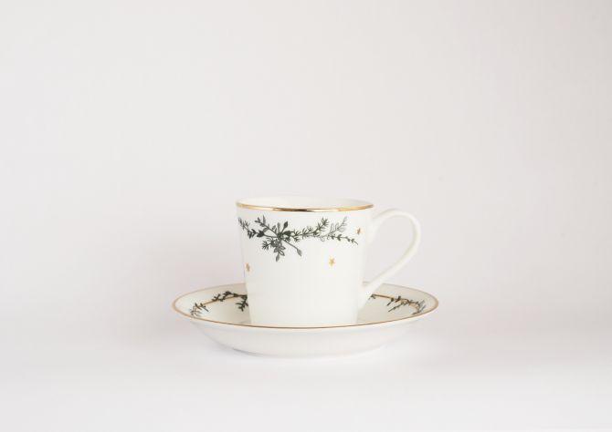 Jette Frölich Wintersterne Tasse mit Untertasse und Goldrand. Weiß, Gold und Grün. Porzellan - fine bone china. Weihnachtstassen, Weihnachtsbecher, Kaffeeservice und skandinavisches Weihnachtsgeschirr bei nicenordic.de