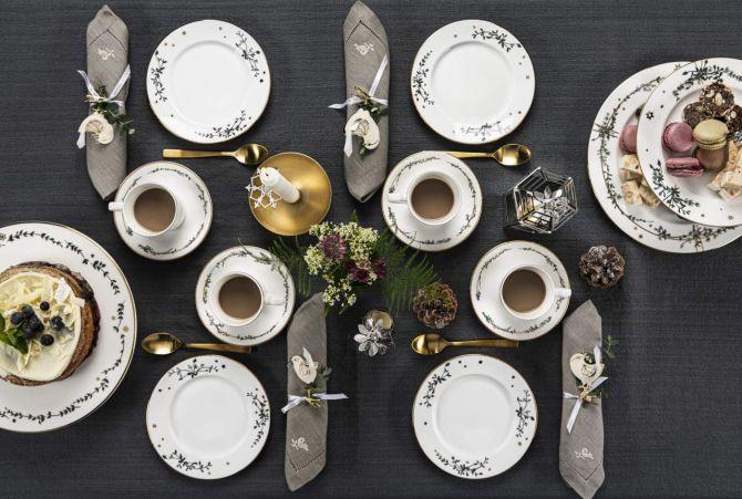 Jette Frölich Wintersterne Kaffeeservice Weihnachten. 8-teilig. 4 Personen. Geschirrset für 4 Personen. Gedeckter Tisch mit Kaffee und Kuchen. Weihnachtsservice, Weihnachtsporzellan und Weihnachtsgeschirr bei nicenordic.de