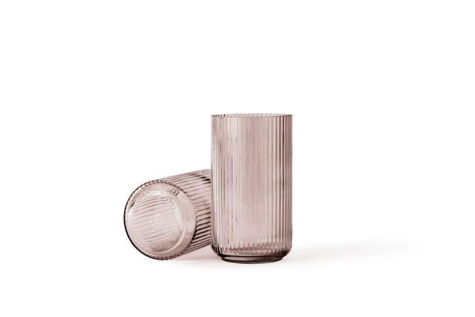 Lyngby Porcelæn Lyngby Vase Glas Burgundy Rosa 25 cm. Die ikonische Vase von Lyngby Porzellan. Glasvasen, Designklassiker und skandinavisches Design bei nicenordic.de