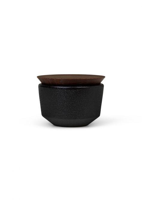 Rosendahl Copenhagen RÅ Salzschale mit Deckel. Salzdose aus Keramik und Thermo-Esche. Keramik schwarz, Eschenholz braun. Küchenutensilien & Tischdeko bei nicenordic.de