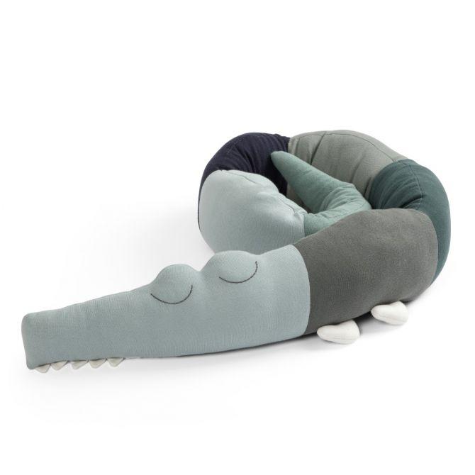 Sebra Bettschlange Sleepy Croc Kissen Hazy Blue. Kinderkissen in Blau und Grün aus Bio-Baumwolle. Kinderzimmer-Einrichtung und Spielzeug bei nicenordic.de