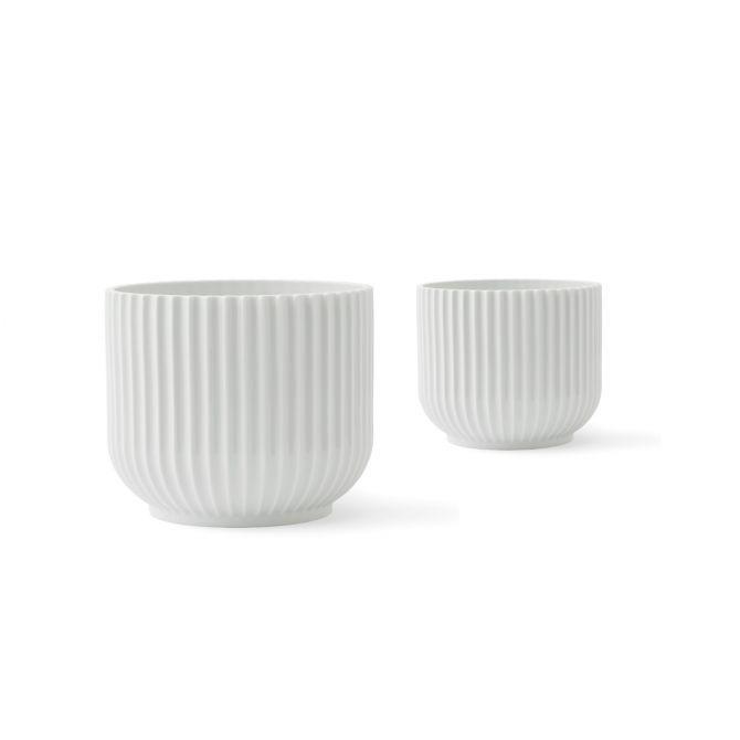 Lyngby Porcelæn Blumentopf-Set Groß und Mittel (L+M). Large 18cm, Medium 14cm. Übertopf aus Porzellan Weiß. Deko und skandinavisches Design bei nicenordic.de