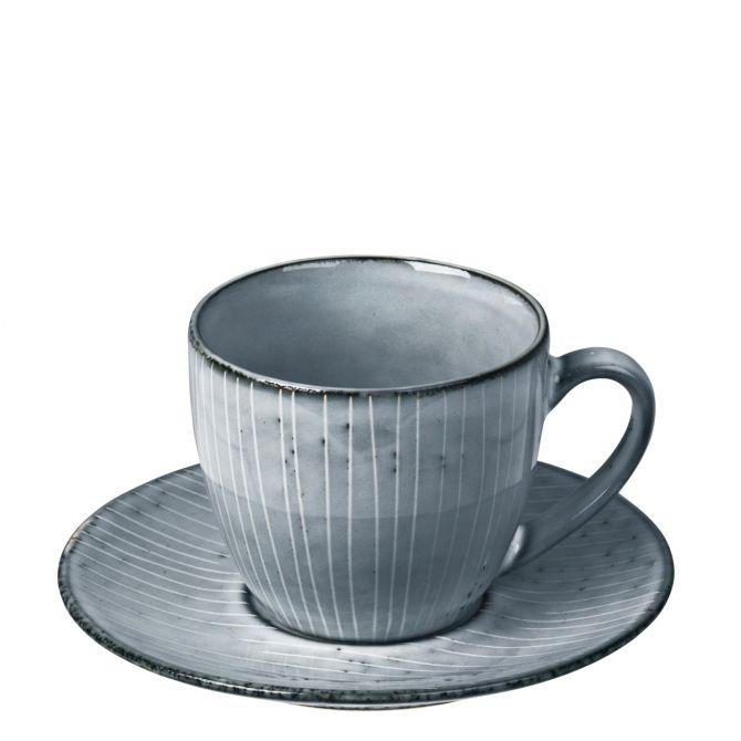 Broste Copenhagen Nordic Sea Tasse mit Untertasse blau grau. Teetasse. Kaffeetasse. Henkeltasse. Keramik Steingut. Skandinavisches Geschirr bei nicenordic.de