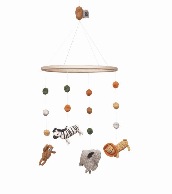 Sebra Mobile Zoo-Tiere Wildlife Bio-Baumwolle. 4 hängende Tiere am Bio-Holz-Ring: Löwe, Affe, Zebra und Elefant. Baby- und Kinderzimmer-Deko sowie Babyausstattung bei nicenordic.de