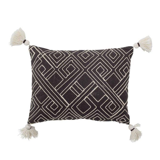 Bloomingville Kissen Bali Boho Braun 40x30 cm. Mit gesticktem weissen Muster und Quasten / Bommeln und Füllung. Aus Baumwolle. Gewebt. Dekokissen & Heimtextilien bei nicenordic.de
