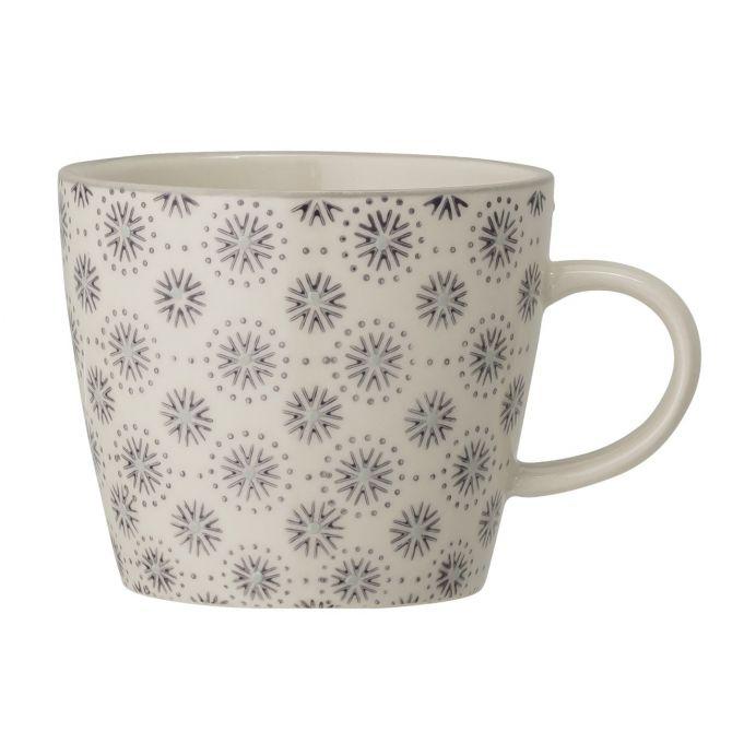 Bloomingville Elsa Tasse 300 ml. Kaffeetasse, Teetasse mit Henkel. Farbe Grau. Material Steingut Keramik. Skandinavisches Frühstücksgeschirr bei nicenordic.de