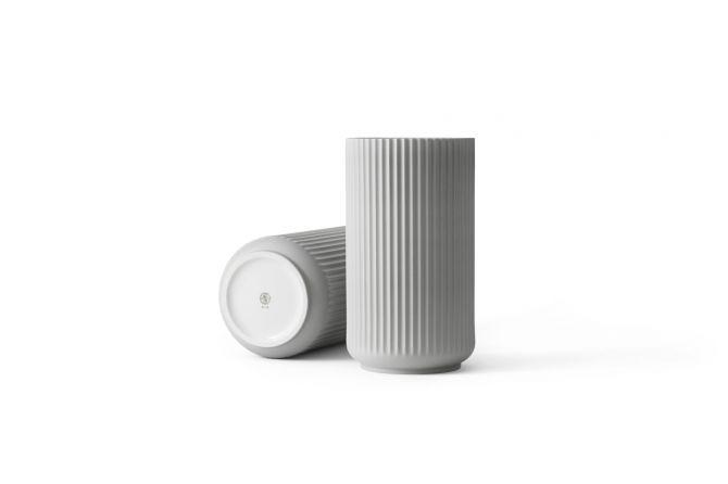 Lyngby Porcelæn Lyngby Vase 25 cm hell-grau matt. Blumenvase aus Porzellan in hellgrau. Skandinavisches Design und Deko bei nicenordic.de