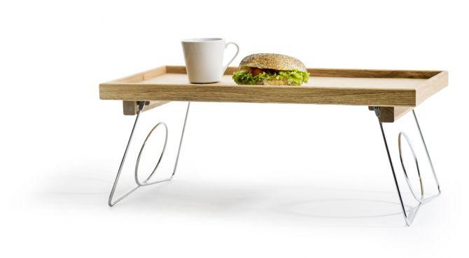 Sagaform Nature Bett-Tablett mit einklappbaren Beinen Eiche und Edelstahl. 50 x 30 cm, Oak. Tischdeko, Geschirr und Deko bei nicenordic.de